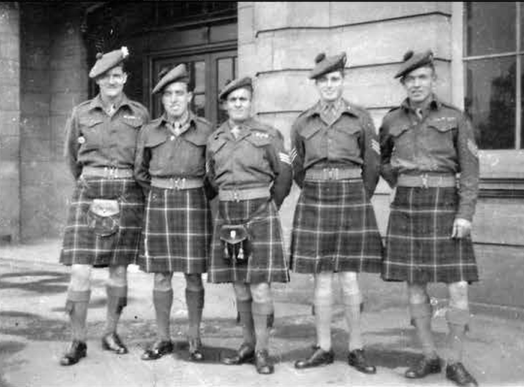 Antonio Pacitti and fellow soldiers of the Highland Light Infantry circa 1940 © Diane Pacitti
